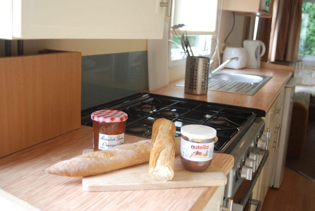 coin cuisine du mobil home sahara au camping à Clohars Canoet