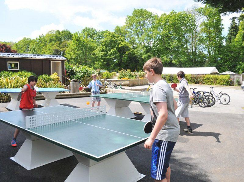 enfant joue ping pong camping quinquis
