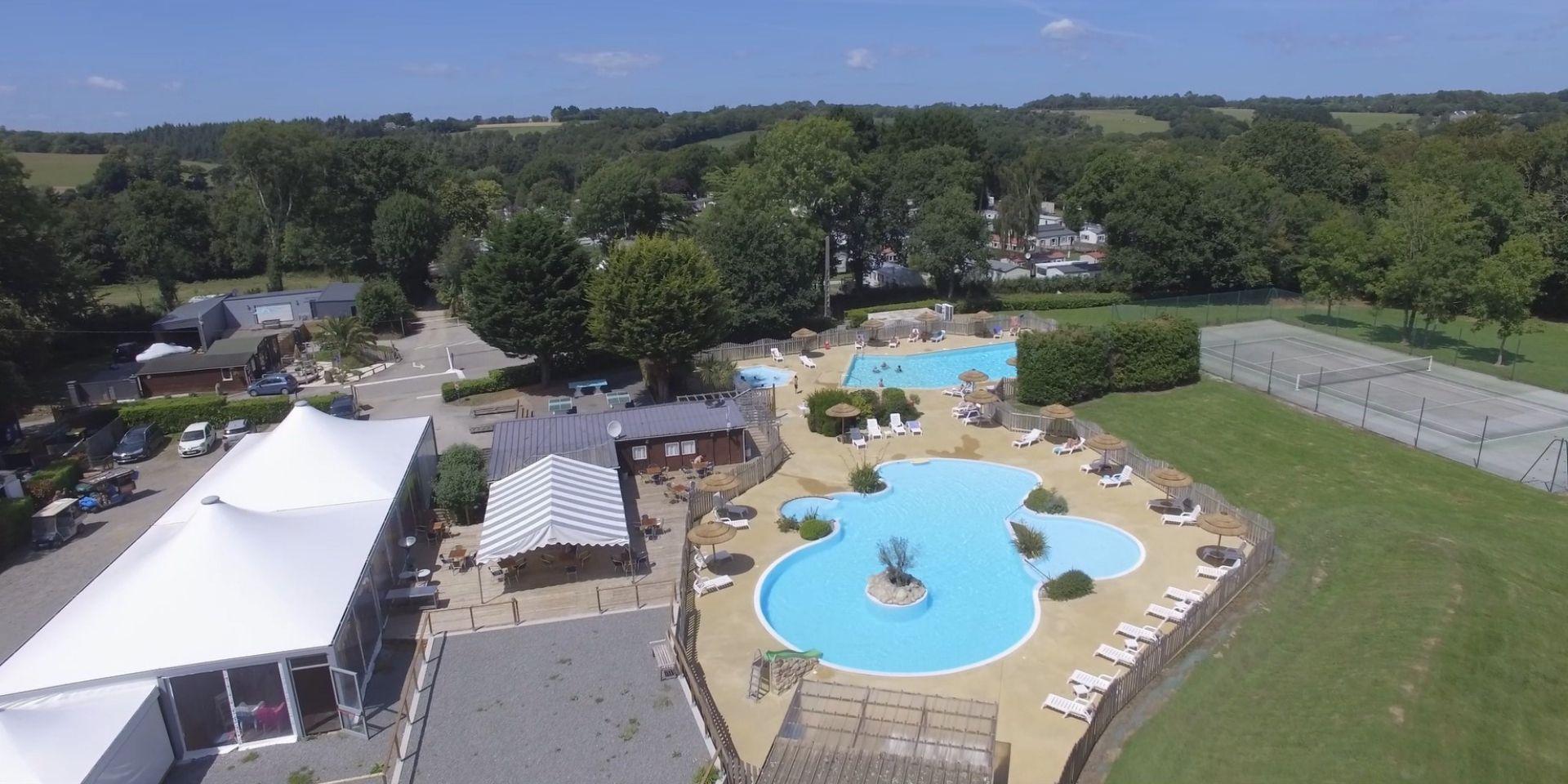 Vue aérienne de la piscine du camping à clohars carnoet