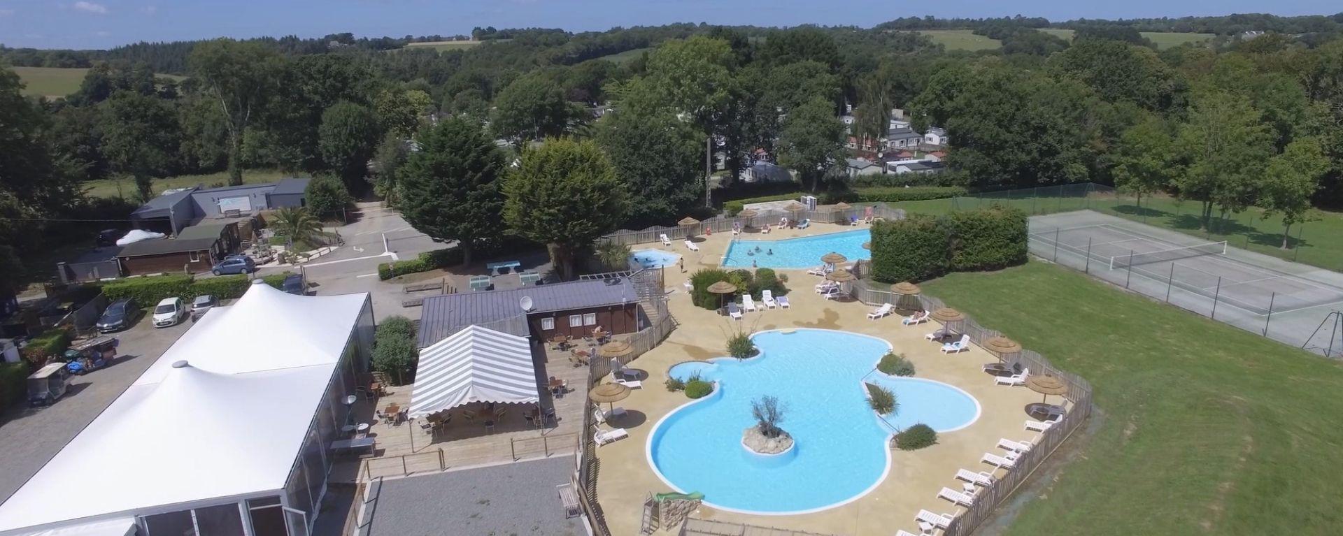 vue aérienne du parc aquatique au camping au pouldu