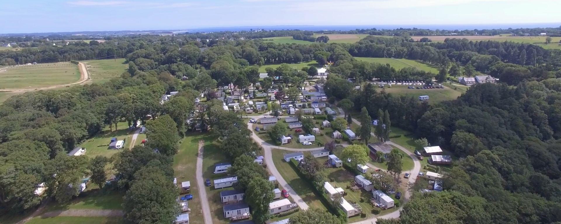 Vue aerienne des emplacement en camping à Clohars Carnoët