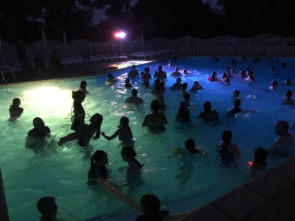soirée nocturne à la piscine au camping du Quinquis au Pouldu