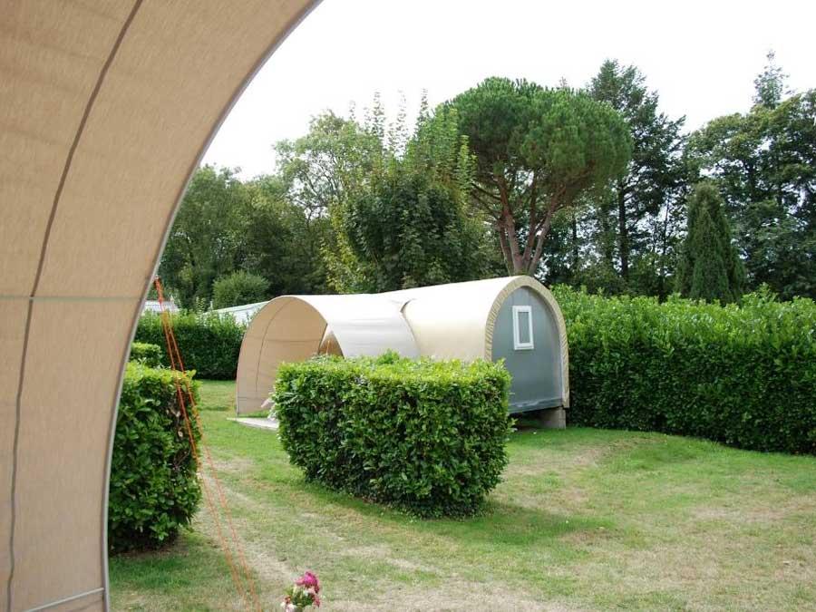 Vue extérieure de la tente aménagée coco sweet en camping au pouldu